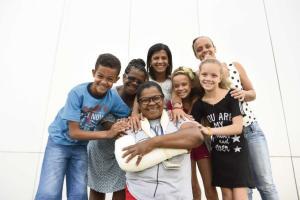 A fé e a vontade de mudar marcam a história da Elizabete Martins Rosa, 52 anos, que é motorista de ônibus. Entre 2003 e 2004 , ela tinha uma loja, carro e casa própria, mas perdeu tudo ao se entregar ao vício em crack. Com a ajuda das irmãs e por amor ao filho, ela está há 12 anos sem usar drogas