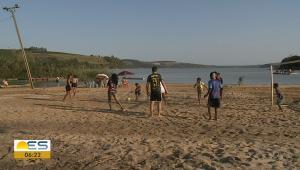 O espaço voltou a ser utilizado pela comunidade após o nível da lagoa Juparanã diminuir na região, fazendo com que a faixa de areia reaparecesse