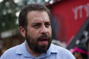 Isolado após testar positivo para a Covid-19, político derrotado em São Paulo fez um rápido pronunciamento na sacada de sua casa