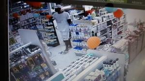 Assalto aconteceu na manhã deste domingo (28) em Vitória. O jovem, preso após uma ação da Guarda Municipal, confessou a participação no crime. Os dois outros criminosos seguem foragidos