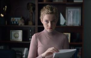 Com atuação grandiosa de Julia Garner, 'A Assistente, lançado pelo Amazon Prime Video, acompanha um dia na vida de uma jovem produtora na indústria de cinema