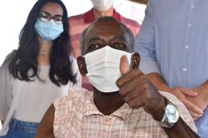 Os idosos acima de 75 anos que não estão nas instituições de longa permanência são parte do segundo grupo do plano de imunização nacional contra a Covid-19