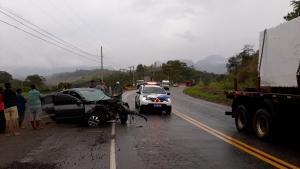 O condutor do carro, um Volkswagen Gol, ficou ferido no acidente, que ocorreu na tarde desta quarta-feira (9). Segundo a polícia, testemunhas relataram que ele teria rodado na pista e atingido o caminhão, que estava carregado com chapas de granito