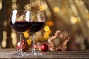 Dois espumantes, um tinto e um branco compõem a seleção de bons rótulos jovens e descomplicados para brindar no Natal sem gastar muito
