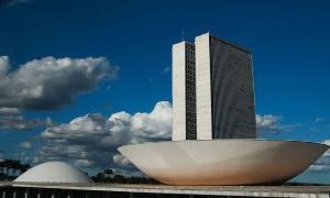 Os pedidos de vacina e de afastamento do chefe do Executivo foram a tônica do ato em Brasília, marcado por críticas aos atrasos na imunização da população contra a Covid-19.