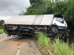 O caminhão tombou e ocupou metade da pista, deixando o trânsito lento no local; os ocupantes do veículo não tiveram ferimentos graves