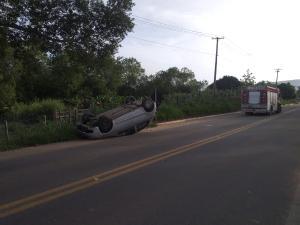 Acidente aconteceu na manhã deste domingo (14), na BR 381. Apesar do susto, os três ocupantes do veículo não sofreram ferimentos graves