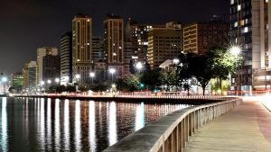 A cidade hoje, a despeito do trânsito difícil, da violência (comum às capitais brasileiras), ficou ainda mais bela e cativante