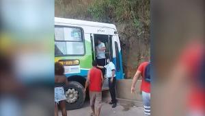 O condutor do veículo e os passageiros (que tiveram ferimentos leves) foram atendidos pelo Serviço de Atendimento Móvel de Urgência (SAMU); acidente foi com veículo da linha 704