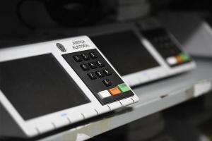 Em 2002, algumas cidades do Brasil contaram com a impressão de voto junto com a urna eletrônica. Além de caro, o processo foi classificado como confuso pela maioria dos eleitores e não trouxe segurança a mais