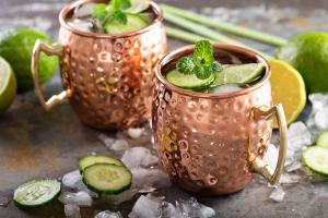 A base de vodca, a bebida mista, tradicionalmente servida em canecas de cobre, está entre as queridinhas da temporada por conta de seu frescor e sabor únicos