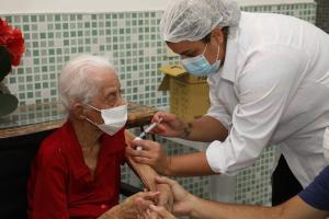 Joana Ornelas dos Santos é moradora do Lar do Idoso Avedalma, na região de Cariacica Sede, desde 2014; o município recebeu 2.156 doses da vacina Coronavac