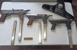 Além do suspeito de 17 anos, a PM apreendeu as três submetralhadoras calibre 380, 11 munições do mesmo calibre, cinco carregadores de arma e R$ 85,00 em espécie que estavam com o adolescente