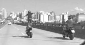 É incompreensível que alguns motociclistas se sujeitem ainda mais aos perigos do trânsito, em situações como as testemunhadas no último fim de semana envolvendo abuso de velocidade e irresponsabilidade