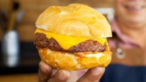 Aproveite duas receitas de José Almiro de Morais, do 'Churrasqueadas', para comemorar o Dia Internacional do Hambúrguer