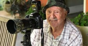 Perto de completar 93 anos, Paulo Bonino, conhecido nacionalmente como o fotógrafo dos Beija-Flores, publica suas grandes fotos e os bastidores da sua carreira no Instagram. Quem administra o perfil é o amigo e assistente, o fotógrafo André Alves