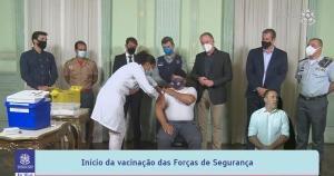 O primeiro a ser vacinado foi o sargento de Souza, da Polícia Militar. Depois dele, receberam a imunização outros nove profissionais da Polícia Militar, Polícia Civil, Bombeiros, Polícia Federal, Polícia Rodoviária Federal e Guarda Municipal