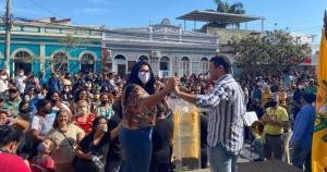 Após uma multidão se concentrar em frente à prefeitura na manhã desta sexta-feira (16), os moradores foram orientadas a se dirigirem ao ginásio. Eles aguardavam a liberação do benefício no valor de R$ 400,00