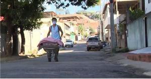 Daniel Vitório Baia Vieira, de 17 anos, investiu R$ 9 na compra dos primeiros materiais e acorda bem cedo para vender pães para conseguir realizar o sonho de passar em um concurso público e de montar uma padaria para a mãe