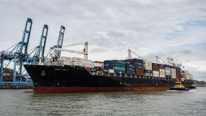 Texto libera progressivamente o uso de navios estrangeiros na navegação de cabotagem (entre portos nacionais) sem a obrigação de contratar a construção de embarcações em estaleiros brasileiros