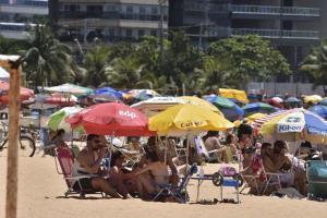 A Praia da Costa, em Vila Velha, é um exemplo, com disputa de lugares na areia. Situação ocorre no momento em que o Espírito Santo já registra mais de 212 mil casos confirmados da doença e a morte de 4.560 pessoas