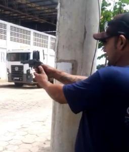 A prisão foi efetuada pela Delegacia Regional de Linhares, após os policiais receberem um vídeo do homem testando sua nova arma em via pública, no bairro Canivete