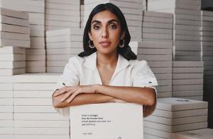 O pequeno e potente livro da poeta indiana Rupi Kaur, que no topo da lista de mais vendidos do New York Times por 40 semanas, reúne boas histórias que de tão particulares se tornam universais