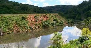 De acordo com a população da região, depois da construção do contorno da ES 080, o escoamento de água foi bloqueado, criando uma lagoa, que inundou uma estrada