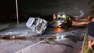 Veículo ficou completamente destruído, mas motorista teve apenas ferimentos leves nos braços e nas mãos; mais dois veículos também se envolveram no acidente