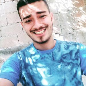 Diego Berude Alves, de 25 anos, pilotava uma moto e estava com a namorada na garupa quando se envolveu em um acidente com outros dois veículos na Rodovia Pedro Cola e morreu no local. O acidente aconteceu na madrugada desta sexta-feira (22)