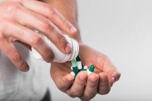 Dificuldade de acesso ao sistema de saúde, entre outros motivos, faz com que milhares de pessoas no país tomem remédios sem orientação profissional, o que pode esconder e até agravar doenças
