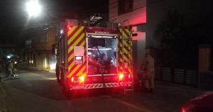 O Corpo de Bombeiros afirmou que ainda não se sabe como começou o fogo na kitnet. Os dois precisaram de atendimento médico, pois inalaram muita fumaça