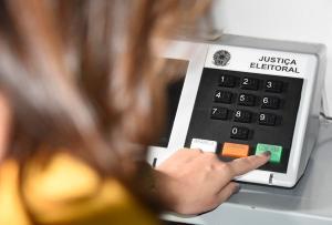 Estimativa é do TRE-ES, que acredita que seções eleitorais não devem ter muitas filas. Urnas foram testadas nesta semana e já estão nos cartórios eleitorais prontas para domingo (15)