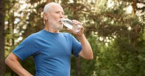 Um corpo em desidratação perde sua capacidade de realizar funções importantes, acelerando o processo de incapacidades funcionais, típicas do envelhecimento