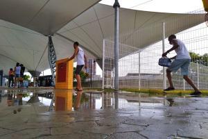 Estação de embarque do Sistema Transcol, em Vila Velha, está desde domingo (7) com goteiras e água acumulada. Local passou por longa reforma e foi reinaugurado há duas semanas