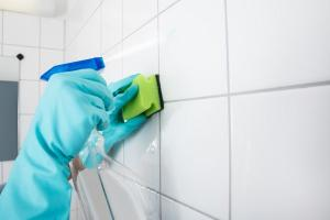 A gordura que sai do nosso corpo e dos produtos de higiene durante o banho pode manchar o piso e as paredes da área do box. Saiba como resolver e evitar este problema de forma simples