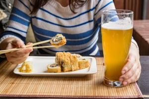 Exemplares da bebida mais claros e leves, sem notas de malte torrado e amargor proeminente são o ponto de partida para transformar essa experiência gastronômica