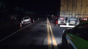 Veículo dos Correios bateu de frente com um Fiat Uno, motorista morreu no local. A pista ficou parcialmente interditada por quase quatro horas