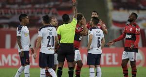 Destaque para o árbitro Venezuelano Alexis Herrera, que expulsou corretamente o jogador rubro-negro Willian Arão