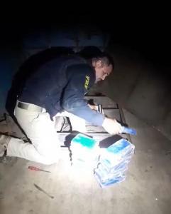 Apreensão ocorreu no km 57 da BR 101, em São Mateus, no Norte do Estado. As drogas foram encontradas em um fundo falso na quinta roda do veículo