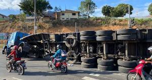 Acidente aconteceu na manhã desta quinta-feira (23), no cruzamento do bairro Parque Gramado, no sentido Vila Velha