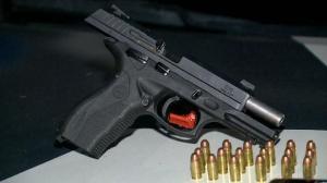 A apreensão aconteceu no bairro Zumbi dos Palmares. Além da pistola 838, um celular também foi encontrado no local