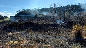 Centenas de sacas de café e maquinários foram consumidos pelas chamas. Fogo pode ter começado em terreno ao lado do imóvel e se espalhado rapidamente