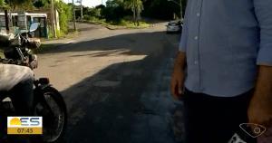 O repórter Diony Silva e o cinegrafista Fernando Estevão, da TV Gazeta, estavam ao vivo no Bom Dia Espírito Santo quando foram interrompidos por dois homens que se aproximaram em uma motocicleta exigindo que parassem a gravação
