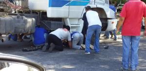 A vítima e a moto foram parar debaixo da carreta. A equipe de resgate encontrou o motociclista consciente, mas com escoriações nas mãos, cotovelos e pernas