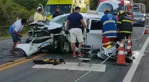 O acidente envolvendo três veículos na tarde deste domingo (31) resultou na morte do motorista de um dos carros e em dez pessoas feridas, sendo cinco delas em estado grave