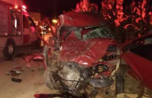 O acidente aconteceu no quilômetro 154 da BR 262 na noite desta quinta-feira (11). A batida envolveu um caminhão e um carro