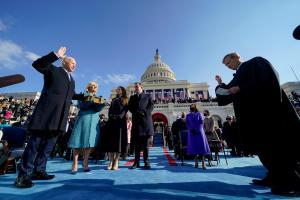 O ex-vice de Barack Obama é o 46° chefe da Casa Branca e a ex-senadora, a primeira mulher negra a ocupar o cargo de vice-presidente