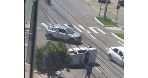 O acidente foi registrado no início da tarde desta quarta (17) na Avenida Dante Michelini, próximo à Caixa Econômica Federal; um motorista foi socorrido pelos Bombeiros com escoriações leves