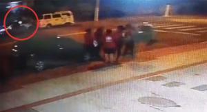 O militar estava no carro quando foi rendido por dois homens em uma moto, um deles armado